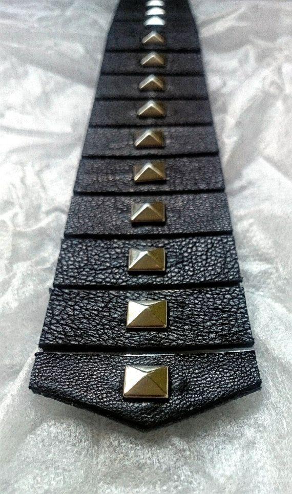 ¡Ir oscilante!  Esta corbata de generación siguiente! Hecho para rockeros y todos los demás, que quieren darle vida a su look diario. Formalidad con locura y juventud, esta corbata con púas es necesario tener accesorios. ¡Destacan y ser valiente!  Cada nuestra corbata es un producto de alta calidad. Cada producto es hecho a mano con cuidado y de alta calidad, cuero verdadero.   • Longitud: 55 cm/21,6 pulgadas (puede ser adaptado a través de orden de encargo) • Ancho: 5 cm/2 pulgadas...