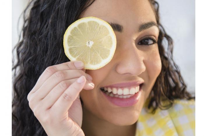 Wist je dat citroen één van de efficiëntste schoonmaakmiddelen is? Je kan het overal in huis gebruiken en bovendien is het een natuurlijk ontvettingsmiddel dat slechte geurtjes neutraliseert. Stop dus maar met het kopen van dure flessen schoonmaakmiddel; vanaf nu kuis jij alles met citroensap!