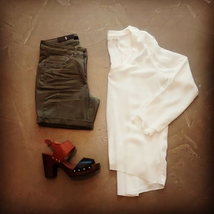 Stylisch : Kaki broek + witte bloes + sandalen met hoge hak