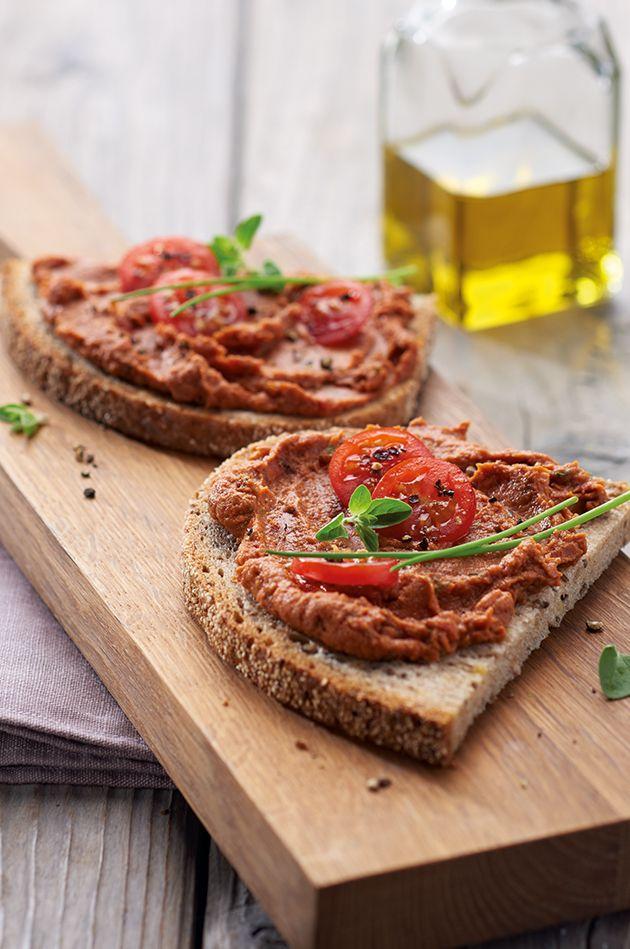 Linsen-Tomaten-Aufstrich. Superlecker mit Linsen. Zutaten: 1 Scheibe LIEKEN URKORN Fit & Vital CHIAktiv 60 g Linsen (kleine Dose) 2 EL getrocknete Tomaten (in Öl) 1/4 Knoblauchzehe 1/2 TL Tomatenmark 1/2 TL Oregano 1 Msp. Kreuzkümmel 1/2 TL Aceto Balsamico  1 TL Öl nach Wahl (kaltgepresst) 1 Pr. Zucker, Salz, nach Belieben Cayennepfeffer, etwas Schnittlauch. Das ganze Rezept findest du unter: http://www.fitundvital-chiaktiv.de