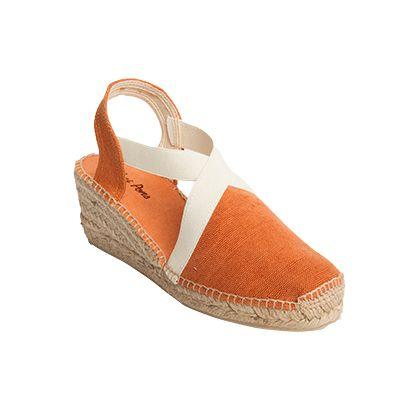 TERRA es un modelo de alpargata extremadamente cómodo. Las tiras de goma cosidas a la tela otorgan una sujeción del pie excepcional. Su gama de colores te permiten combinarlas fácilmente.