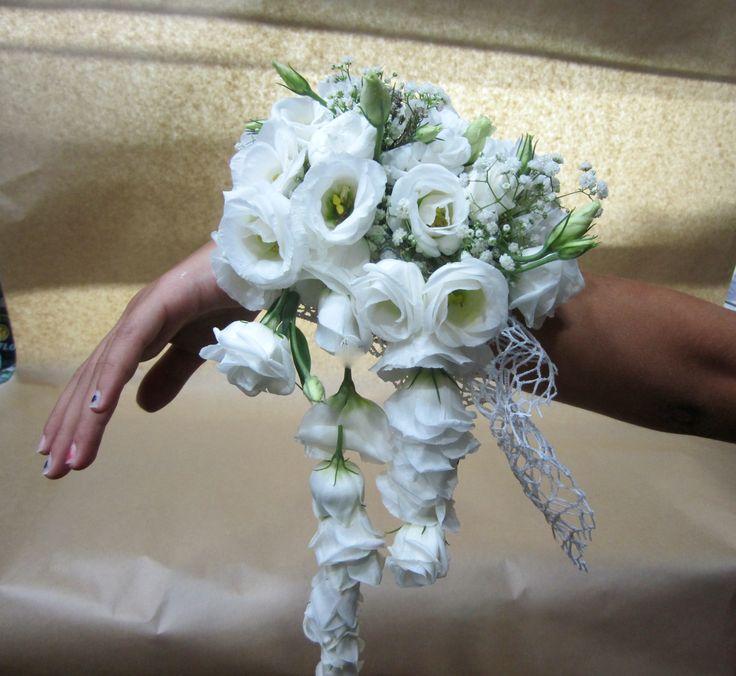 un bouquet da polso creato per avere le mani libere con eustoma bianchi.