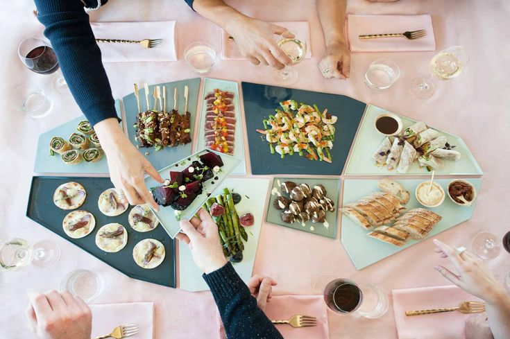 """Mickey philips - schalen """"Mozaieken met je servies"""" Tapas op tafel, met deze schalen of moet ik zeggen platte borden of zijn het 'scherven', presenteer je je hapjes op een prachtige manier op tafel."""