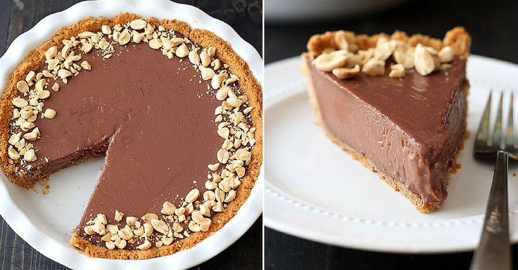 Vláčný koláč s čokoládovou náplní a arašídy | Čarujeme
