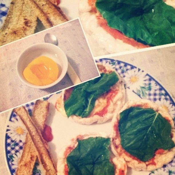 Cena!!   Pizzetas rápidas y fáciles de hacer ⏩ sólo con galletas de arroz, salsa de tomate  queso y lo que gusten..yo le puse una hoja de acelga  Además, agregué unos chips hechos con las pencas de acelga  una delicia. Postre⏩ una mitad de durazno  light  Buenas Noches!! #food #instafood #pizza  #arroz #acelga #durazno #peach #dinnertime