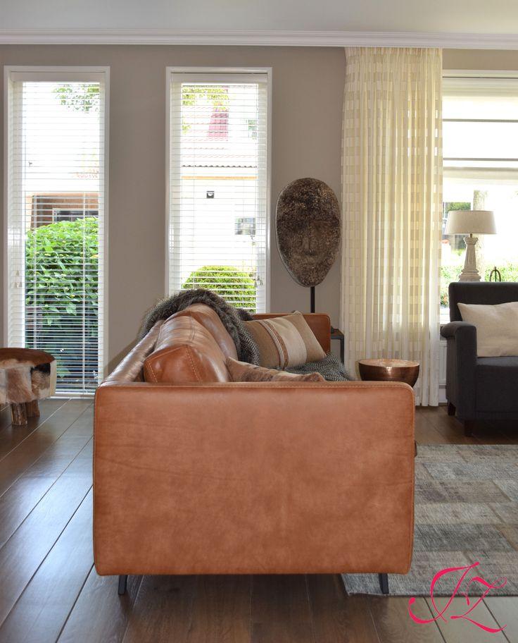 Cognac bank, vloerkleed met vintage uitstraling en prachtige decoratie voor een sfeervol geheel - Wij helpen je graag! - Jannetta van der Ziel