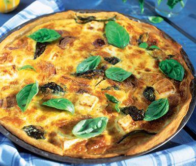 Pumpapaj till Halloween? Prova denna paj med rödlök, fetaost och basilika till det hackade pumpaköttet, en vinnare bland pajer som du fyller med en krämig äggstanning.
