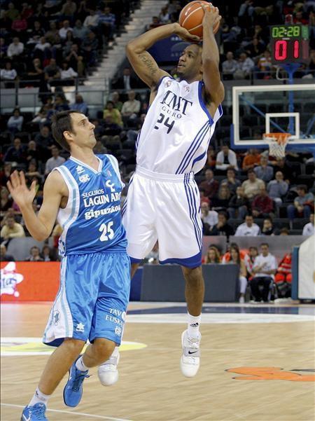 El escolta estadounidense del Real Madrid Clay Tucker (d) lanza a canasta ante la oposición del escolta esloveno del Lagun Aro, Domen Lorbek, durante su partido correspondiente a la sexta jornada de la liga ACB de baloncesto que se disputó en el Madrid Arena. EFE | Qué.es