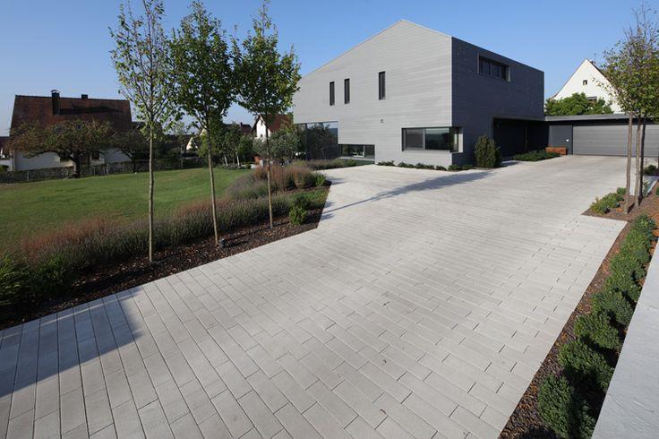 moderne Architektur und eine Hofeinfahrt aus SPIRELL PLANLINE Betonsteinen ergeben ein stimmiges Gesamtbild