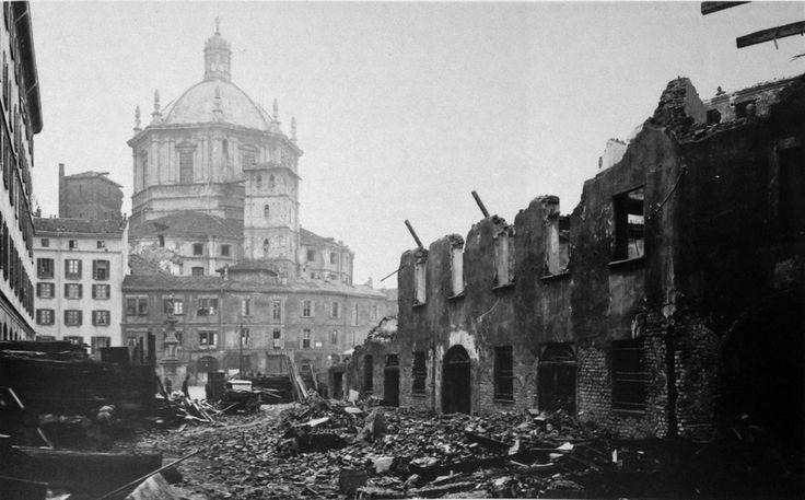 La basilica di San Lorenzo Maggiore e piazza Vetra durante la seconda guerra mondiale. I terribili bombardamenti dell'agosto 1943.