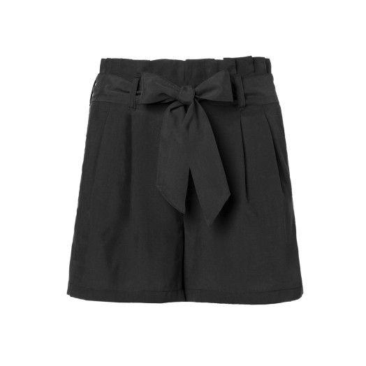 Bermuda, in misto modal tinta unita, con pieghe sul davanti e cintura in tessuto a fiocco. Tasche all'americana sul davanti e tasche a filetto dietro.