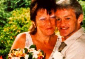 5-Nov-2014 9:55 - MAN SCHIET DODE VROUW DE LUCHT IN. Na dertien jaar huwelijk heeft Gary Maunder zijn overleden vrouw Annette de lucht in geschoten. Het Engelse Plymouth kreeg een epic vuurwerkshow van twee minuten met haar as te zien.