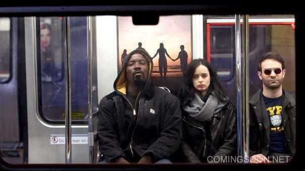 Майк Колтер, Кристен Риттер и Чарли Кокс веселятся на съемках сериала «Защитники» – кроссовера четырех телепроектов по комиксам Марвел, премьера которого состоится на Netflix этим летом.