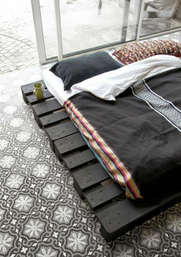 Europaletten Bett selber bauen – 30 Ideen für kostengünstige DIY-Möbel in Ihrem Schlafzimmer - europaletten bett selbst bauen diy möbel im asiatischen stil fliesenboden