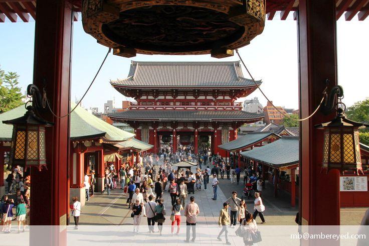 Widok ze świątyni Senso-ji na dziedziniec i bramę Hozomon, za którą znajduje się…