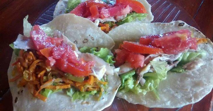 Fabulosa receta para Tacos Mexicano. Hoy quiero compartir con ustedes esta comida mexicana muy famosa y muy rico , mis tacos de pollo y lechuga riquísimo con un toque de salsa de chile que le da un sabor picanton dependiendo de que cantidad les pones muy picante o menos picante espero les guste 😋
