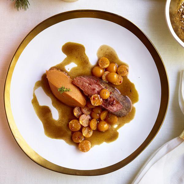 Geroosterde eend, puree van zoete aardappel en relish van goudbessen