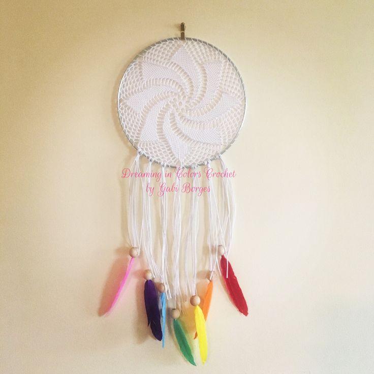 The colourful feathers made all the difference. As penas coloridas fizeram toda a diferença. #dreamingincolors #dreamcatcher #filtrodesonhos #crochet #croche  #colorful #colorido #yinyang #art #arte #handmade #feitoamao #white #branco #delicate #delicado #artesanato #craft #stjohns #newfoundland #stjohnsnl #yyt #canada