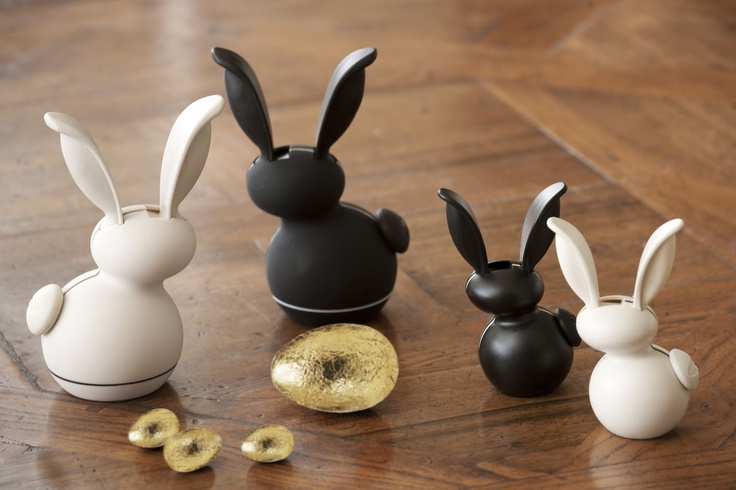 Happy Easter!  These cute but extraordinarily good salt & pepper grinders make a great alternative gift to chocolate for the dieter!  And the smaller ones have a magnet on the back so they stick to the fridge! The little tail comes away so you can refill them.  HOW CUTE!  Chef'n G'Rabbits