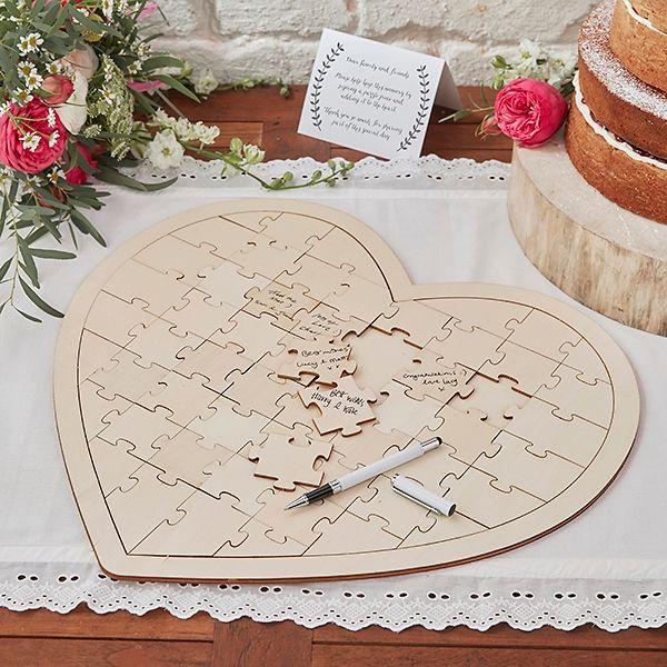 Gästebuch Alternative: Herzförmiges Puzzle für die Hochzeit aus Holz, auf dem die Hochzeitsgäste ihre Wünsche für das Brautpaar draufschreiben.