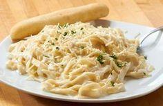 Μακαρόνια με φανταστικη σαλτσα φετας!Πεντανοστιμή και πολύ ευκολή συνταγη! Υλικά  100γραμμάρια τυρί κρέμα 300γραμμάρια φέτα 100 γρκρέμα γάλακτος Αλάτι Πιπέρι φρεσκοτριμμένο 1 συσκευασίαπενες η ζυμαρικα της αρεσκείας σας 1 φύλλο βασιλικόυ για το σερβίρισμα(προαιρετικα) Εκτέλεση Για να φτιάξουμε τη μους φέτας, βάζουμε στηκατσαρόλα σε πολύ