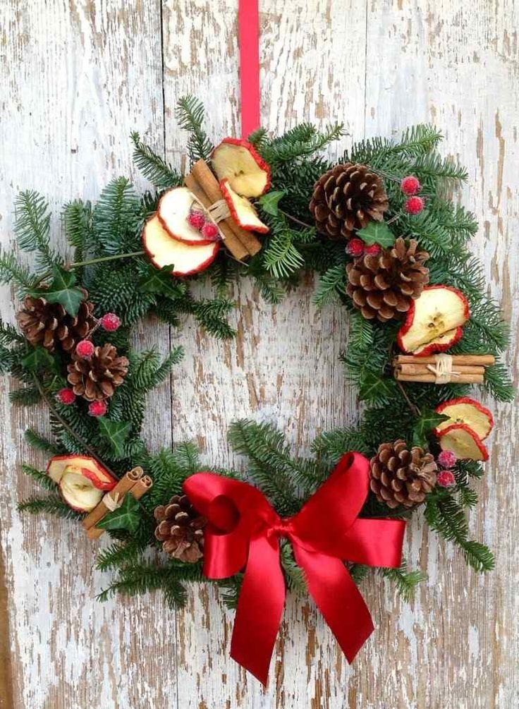 une belle couronne de porte naturelle décorée de pommes de pin et tranches de pommes