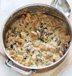 Crevettes sauce à la crème, fromage et champignons : facile, rapide, prêt en 15 minutes. Crevettes, ail, échalote, crème, bouillon, parmesan, champignons. Délicieux avec des pâtes, des pommes de terre (vapeur ou en purée) et autres légumes selon votre goût.