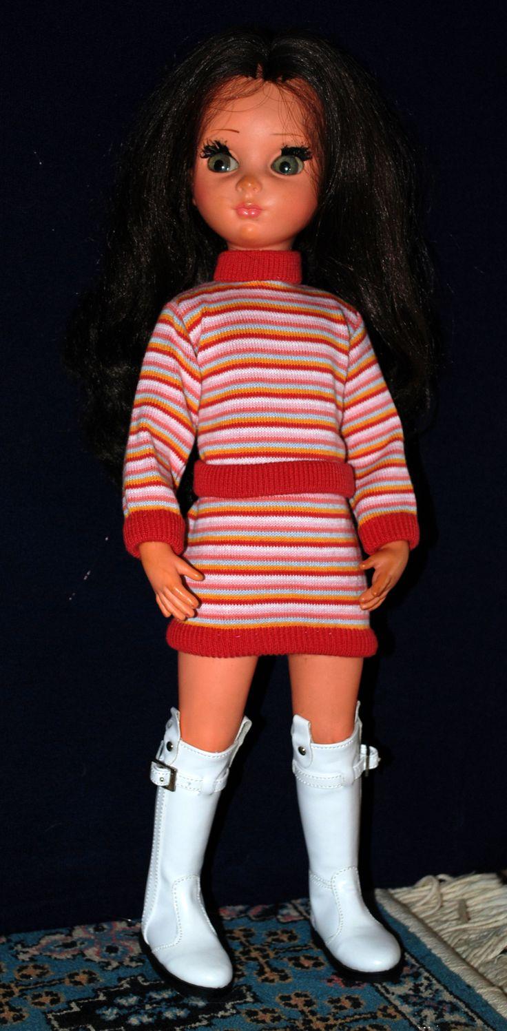 Susanna in miniabito in maglia millerighe e stivali bianchi