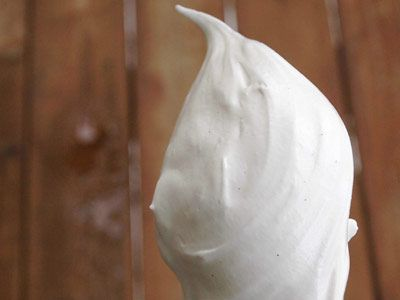 Очень часто мы задумываемся об универсальном дивном креме, который можно использовать в любом десерте и поверьте, такой есть и это – Зефирный крем! Многогранное чудо кулинарии приведет вас в полное восхищение своей простотой приготовления, а также невероятно приятным вкусом и ароматом!