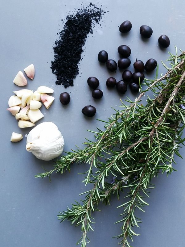 Use this easy recipe to make your own garlic and rosemary infused preserved olives. Delicious and easy - even if it takes 6 weeks! | www.homeology.co.za