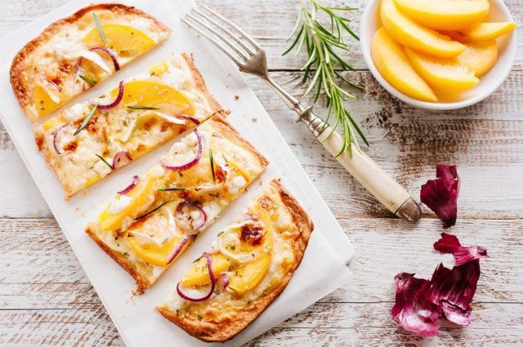 Pizza z brzoskwinią, camembertem, czerwoną cebulą i rozmarynem