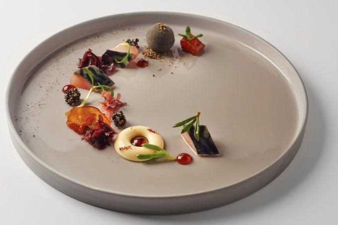 Marinovaná makrela, zmrzlina z černého sezamu, passion fruit