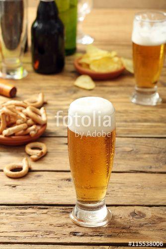 bicchiere di  birra chiara su sfondo tavolo di legno rustico