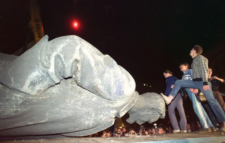 Moscow civilians topple the large statue of KGB founder Felix Dzerzhinsky on the night of 23/24 August 1991 during the 1991 Soviet coup d'état attempt. [1600 x 1018]