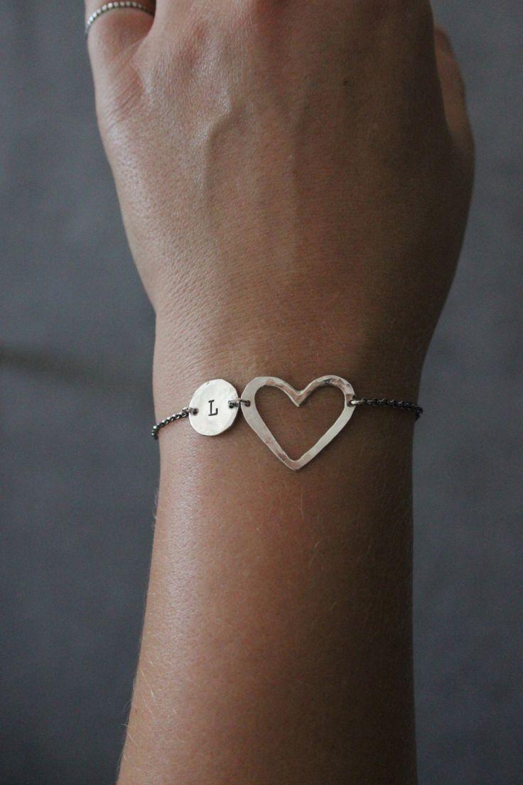Schöne personalisierte erste Armband mit Herz.  Sie ist aus Sterling silber gefertigt.  Einfach und liebenswert, persönliche Armband für jeden Tag, für jedes Outfit perfekt.  Schön für Weihnachten, Geburtstag, Hochzeit, Brautdusche präsentieren, Andenken, Graduierung, Muttertag oder einfach gönnen!  Bitte lassen Sie die Größe des Armbandes und lassen Sie die ursprüngliche wollte an der Kasse Notizen an Verkäufer  Vielen Dank für die auf der Suche und Auswahl von Hand gemacht.  Mit…