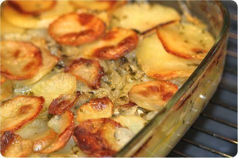 POMMES DE TERRE au four aux oignons ultra fondants (pommes de terre, oignons, ail, persil, huile d'olive, fond de volaille, beurre, sel/poivre blanc)