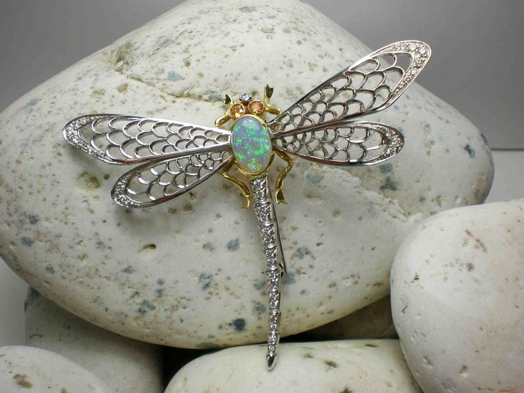 Spilla raffigurante una libellula in oro bianco com diamanti e opale nobile - Depicting a dragonfly brooch in white gold with diamonds and opal noble