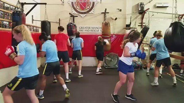 Tak trenują dziewczyny przed startem kobiecej Premier League • Trening bokserski piłkarek Manchesteru City • Wejdź i zobacz film >> #mancity #manchestercity #football #soccer #sports #pilkanozna #futbol