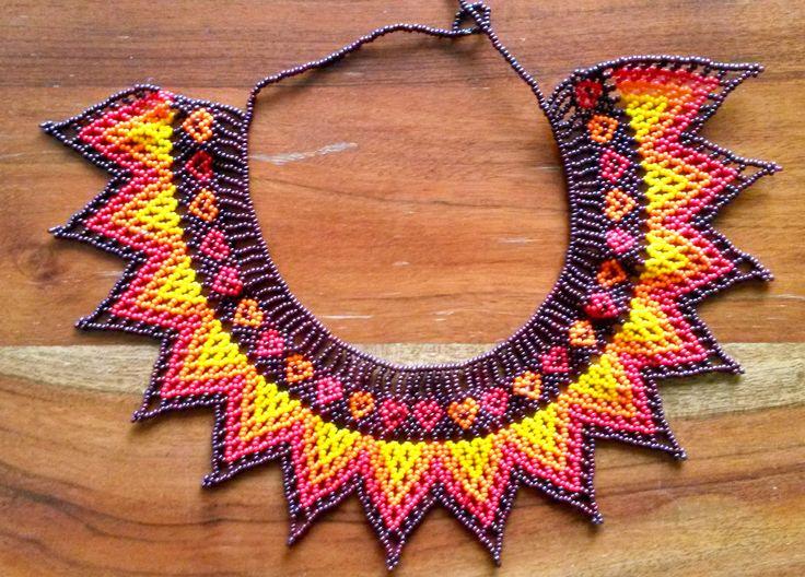 collar de piedras chaquiras realizado por la tribu Embera de Colombia…
