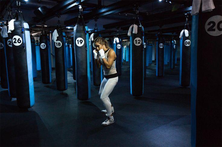 Pour avoir un corps de boxeuse, aux muscles bien affûtés, on ne peut vous conseiller qu'une chose: vous mettre à la boxe. Mais pour les frileuses des coups de gants dans le nez, rien n'est perdu! Même portés dans le vide, les coups de boxe anglaise sont vos meilleurs alliés anti-calories. Démonstration en 9 mouvements très (très) efficaces.