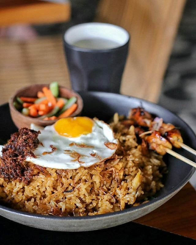 Our favorite comfort food is served here! Those Nasi Goreng at @UlekanBali served with satays and beef floss they were cooked with no MSG no palm oil! Can you believe it? Good isn't it? --- Ulekan Bali Jalan Tegal Sari Canggu Bali --- #Foodcious #UlekanBali #Indonesiantaste #IndonesianFood #flavorsofbali