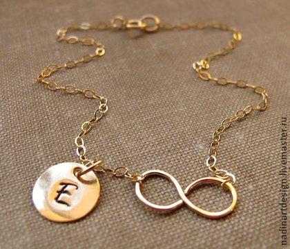 Ожерелье `Вечность`. Изящное золотое украшение с подвеской на заказ. Добавьте к вашему образу сияющий штрих с этим прекрасным ожерельем! Тонкая золотая цепочка украшена знаком бесконечности и милой подвеской, на которой я могу выгравировать инициал по вашему желанию.