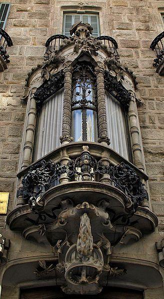 Tribuna Casa Calvet. Arquitecto Antoni Gaudí. Calle Casp 48. Barcelona. Catalunya. (España)