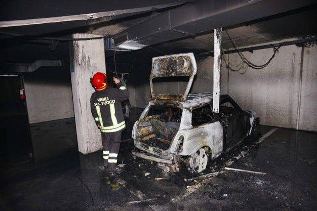 Assicurazione paga se auto nuova si incendia nel garage? La Cassazione in una recentissima sentenza ha precisato che l'onere della prova del nesso di causalità tra il fatto generatore del danno e l'evento dannoso è a carico di chi agisce ed è evidente che, #auto #incendio #assicurazione