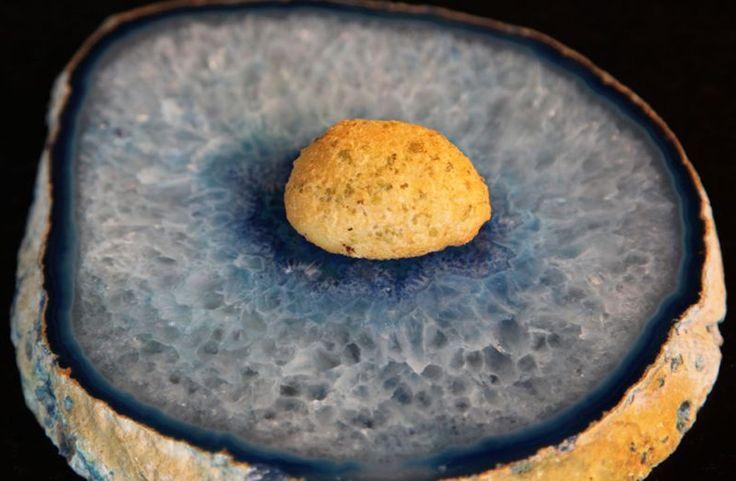 Con esta receta de Quique Dacosta, chef del Restaurante Quique Dacosta en Dénia (3 estrellas Michelin), vamos a poder sorprender a nuestros comensales con el Bacalao líquido encapsulado en un buñuelo, es decir, un buñuelo líquido de bacalao, con todo el sabor del pescado fundiéndose en el paladar y con una fina corteza crujiente.