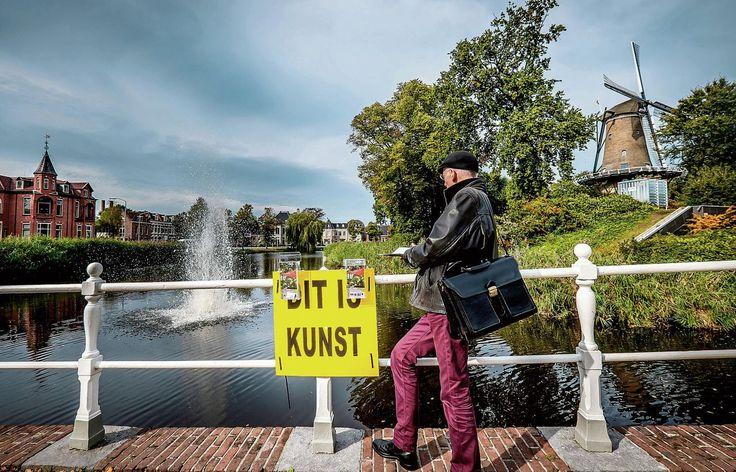 Bord: Kunstenaar Leonard van Munster verwijderde het bord met de tekst 'dit is kunst' bij zijn werk in Alkmaar.