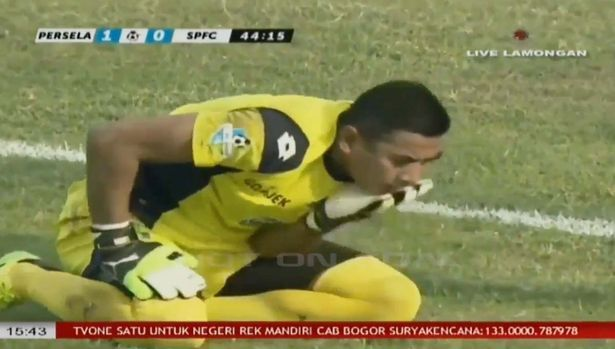 A legendary goalkeeper has died after accidentally colliding with a teammate during a live football match.  38-year-oldChoirul Huda was p...