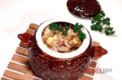 Картошка с мясом и грибами в горшочках