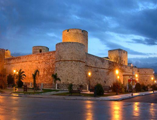 Castello Svevo di Manfredonia - Italia. I primi documenti che parlano del castello si attestano all'aprile del 1279, in cui si fa riferimento al reclutamento di manodopera al fine di far iniziare i lavori di costruzione.Il castello non è il frutto di un progetto unitario, ma si è sviluppato fino alla sua configurazione attuale attraverso una serie di trasformazioni, ampliamenti e rifacimenti che si sono susseguiti in epoche diverse. #puglia #manfredonia #gargano #regiohotel www.regiohotel.it