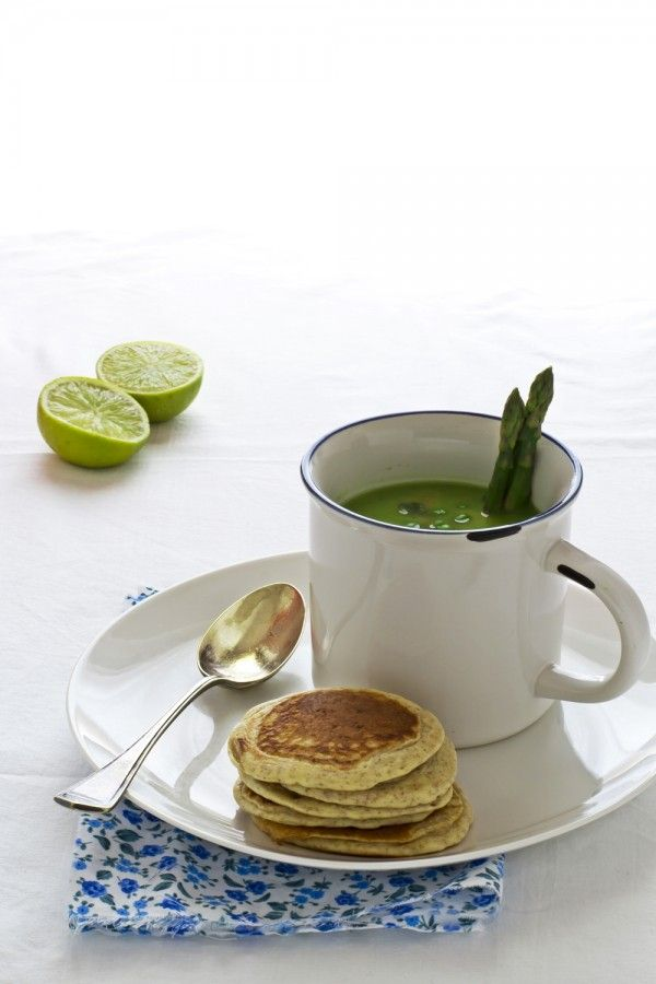 Zuppa di asparagi e piselli con blinis integrali - Asparagus soup with wholemeal flour blinis